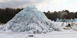 スプリンクラーで水をまいて制作した氷の富士山=富士河口湖町西湖