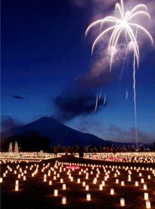 約6千個のろうそくが並ぶ中、花火が上がる会場=山中湖村平野