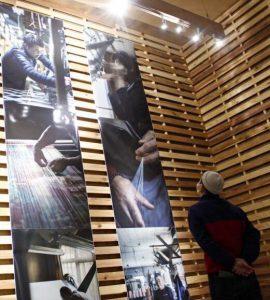 郡内織物の職人を紹介している写真展=富士吉田市富士見1丁目