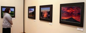 富士山多彩に写真35点並ぶ