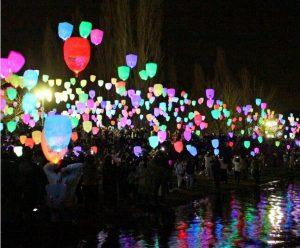 参加者が空に浮かべたスカイランタン=富士河口湖町船津