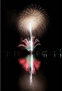 夜空と湖面を彩る花火=富士河口湖町浅川