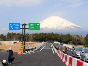 富士山が前景に広がる須走道路・御殿場バイパス=静岡県御殿場市内