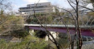 桂川沿いに立地する都留市立病院=都留市厚原