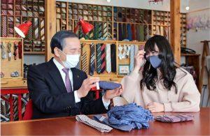 堀内茂市長(左)にインタビューするジュリさん=富士吉田市内