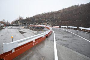 スラッシュ雪崩で被害があった道路に整備された迂回路=富士山有料道路(富士スバルライン)