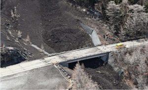 スラッシュ雪崩で橋桁に複数の亀裂が入るなどした石楠花橋。山梨県は山頂側(画面で橋の上部)に迂回路を設ける方針を明らかにした=山日YBSヘリ「ニュースカイ」(NEWSKY)から