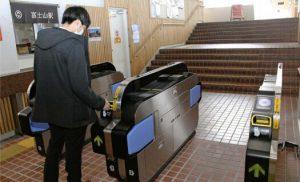 富士急行が導入した自動改札機=富士吉田・富士急行線富士山駅