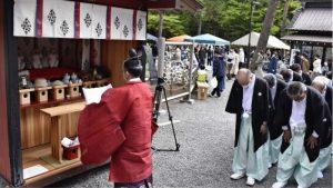 式典で五穀豊穣を祈る関係者=富士吉田・北口本宮冨士浅間神社