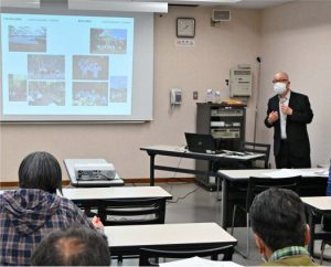三重県の富士山信仰について紹介する堀内真さん=富士河口湖・県立富士山世界遺産センター