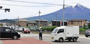 噴火の予兆が確認されたことを想定し、信号機を止めて交通誘導にあたる署員=富士吉田市内