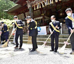 「掃き初め」をする参加者=富士吉田・北口本宮冨士浅間神社