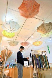 郡内織物で作られた傘が並ぶ会場=富士吉田・Q-STA内「ミル・ショップ」