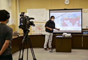 ハザードマップについて説明する映像を収録する町担当者=富士河口湖町役場