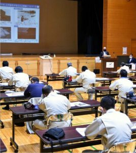 改定された富士山噴火ハザードマップに関する住民説明会=村公民館