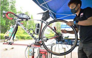 選手が持ち込んだ自転車を点検するメカニック=富士吉田・富士北麓公園