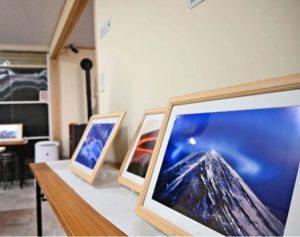 富士吉田市下吉田から撮影した富士山の写真を展示した作品展=富士吉田市新町2丁目