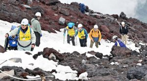 登山道の状況を確認する県担当者ら=富士山9合目