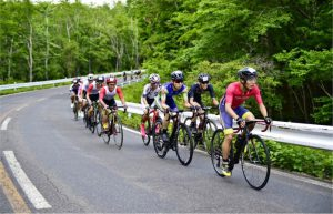 【自転車ロードレース Mt.富士ヒルクライム】力強くペダルを踏み込む選手たち=富士山有料道路(富士スバルライン)