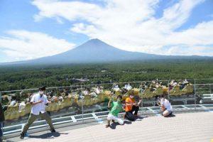目の前をジェットコースターが疾走するFUJIYAMAタワー最上階の展望フロア=富士吉田・富士急ハイランド