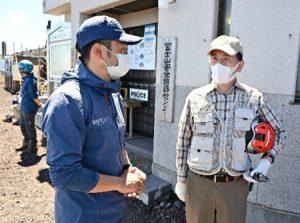 新型コロナウイルス感染対策などの確認のため安全指導センターを視察する堀内茂市長(右)=富士山6合目