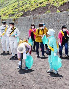 ごみを拾う参加者=富士山5合目付近