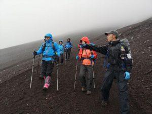 コロナ禍で登山者数が少ない中、登山を楽しむ人たち=富士山8合目(7月1日)