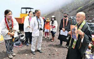 法要後、パネル写真を檀家らに紹介する渡辺英道住職=富士山8合目