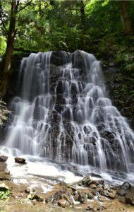 勢いよく水が流れる「母の白滝」=富士河口湖町河口