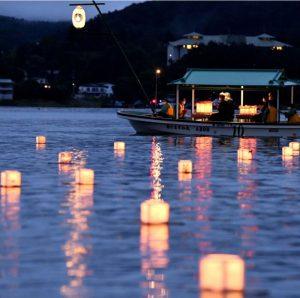 湖面を幻想的に漂う灯籠=河口湖(撮影・広瀬徹)