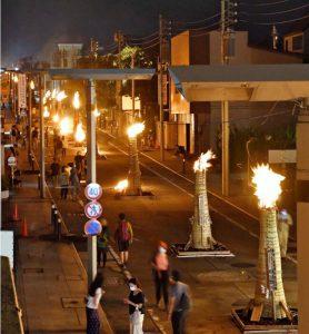 通りを赤々と染める大たいまつの炎。感染対策として観覧自粛が呼び掛けられ、人通りは少ない。露店の出店もなかった=富士吉田市内(撮影・広瀬徹)