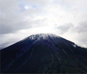山頂付近がうっすらと雪化粧した富士山=6日午後5時22分、山日YBSヘリ「ニュースカイ」(NEWSKY)から