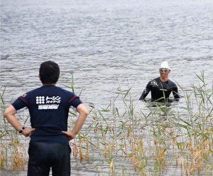 河口湖の湖底の状況などを確認する関係者=富士河口湖町内