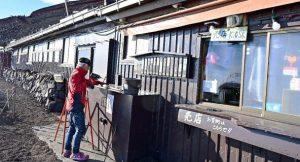 看板を外すなど片付け作業を始める山小屋=富士山8合目