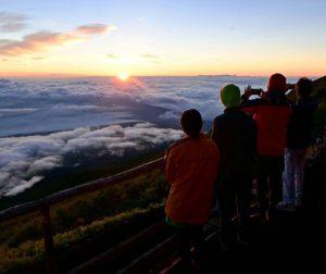 開山最終日に御来光を拝む山小屋スタッフや登山者ら=富士山7合目・日の出館前
