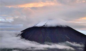初冠雪が発表された26日の富士山。山頂は雲に覆われていたが、中腹についた雪を確認できた=山日YBSヘリ「ニュースカイ」(NEWSKY)から