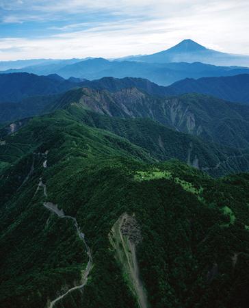 山日YBSヘリ「ニュースカイ」(NEWSKY)で、山伏西方上空高度約2300メートルから撮影