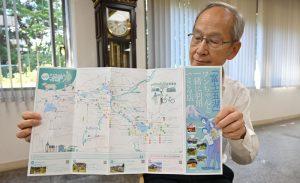 製作したパンフレットを紹介する上野裕吉専務理事=富士吉田市内