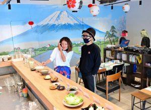 銭湯絵師が描いた富士山の壁画が目を引く喫茶檸檬の店内=富士吉田市下吉田2丁目