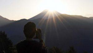 身延山の山頂から見たダイヤモンド富士(2日午前6時9分撮影)